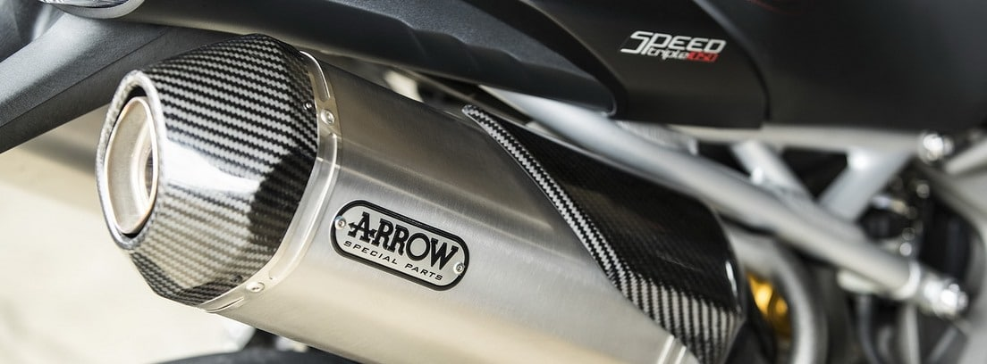 detalle del tubo de escape de la Triumph Speed Triple RS