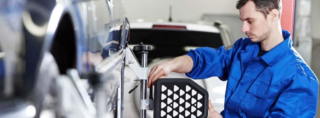 Mecánico alineando las ruedas de un coche