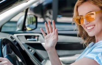Mujer haciendo una señal con las manos al conducir