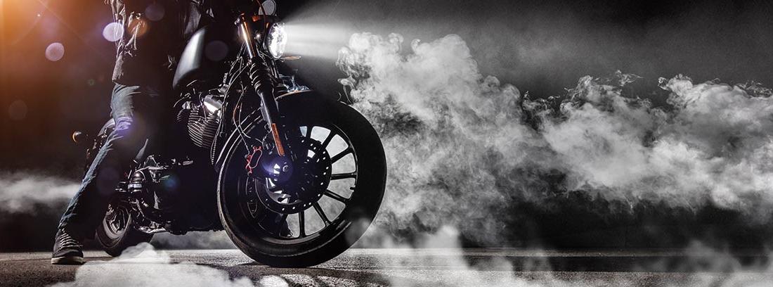 Moto entre sombras y humo