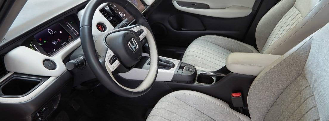 Vista del habitáculo delantero del Honda Jazz e:HEV desde la puerta del conductor