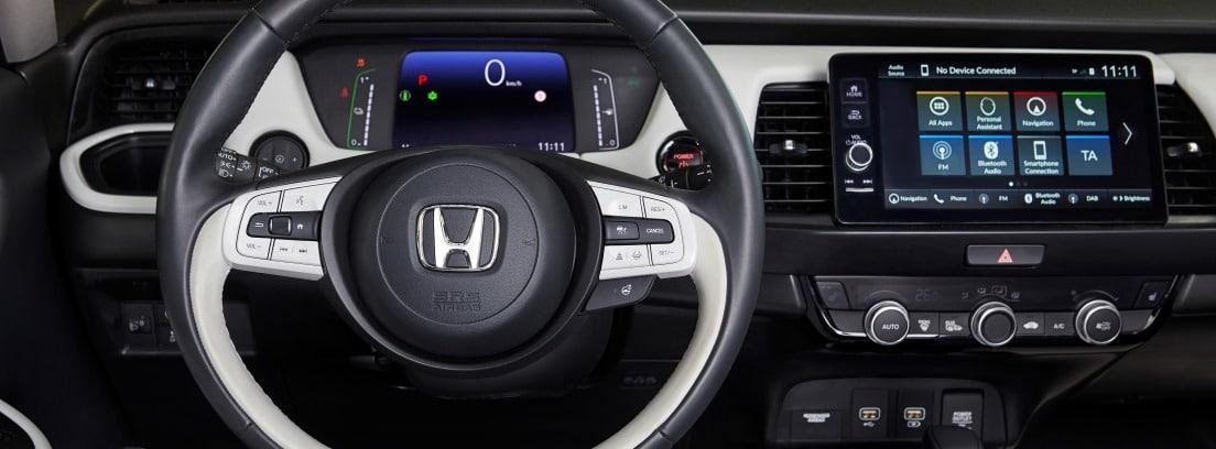 Vista del volante y parte del salpicadero del Honda Jazz e:HEV