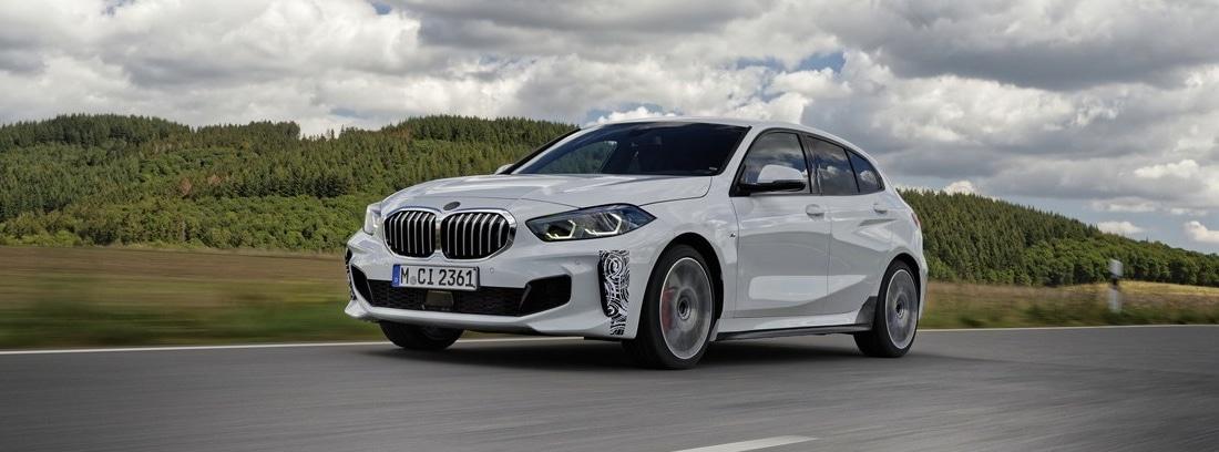 Nuevo BMW 128ti blanco circulando por una carretera