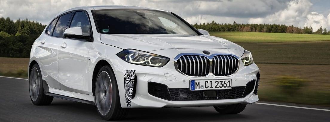 Nuevo BMW 128ti blanco circulando en carretera