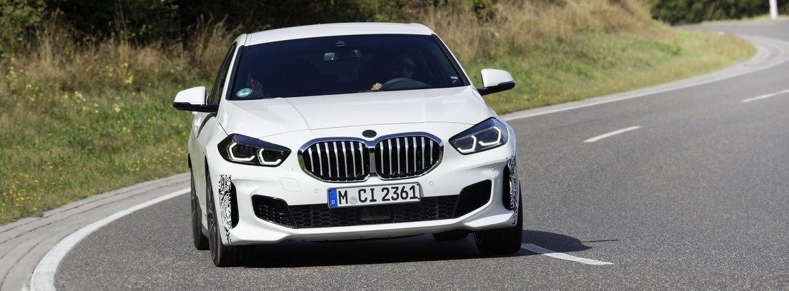 Vista frontal del nuevo BMW 128ti blanco circulando en una curva