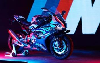 Nueva BMW M 1000 RR expuesta baja luces rojas y azules