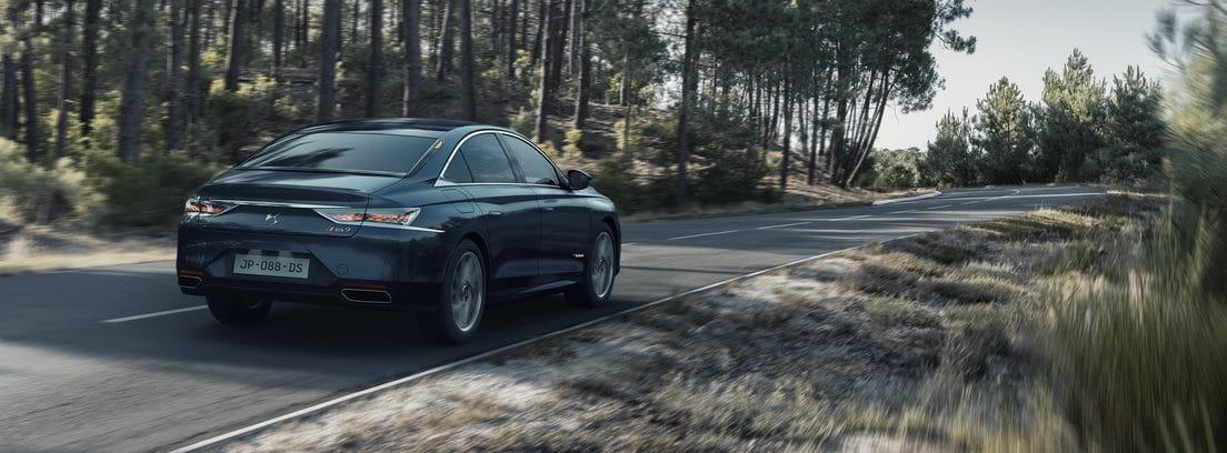 Nuevo DS 9 circulando por una carretera entre bosques