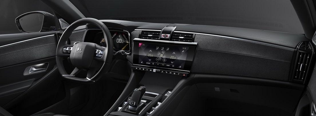 Vista interior del salpicadero y el volante de nuevo DS 9
