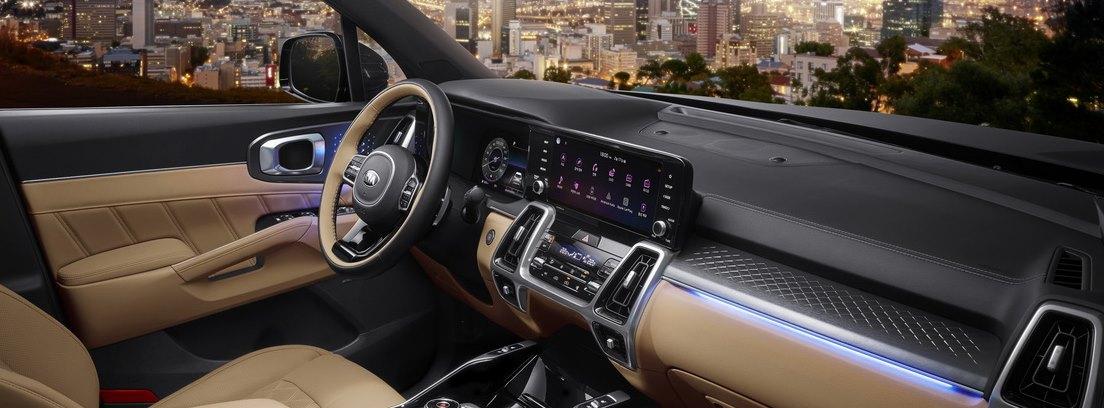 Vista interior del salpicadero y volante del Kia Sorento desde el asiento del copiloto