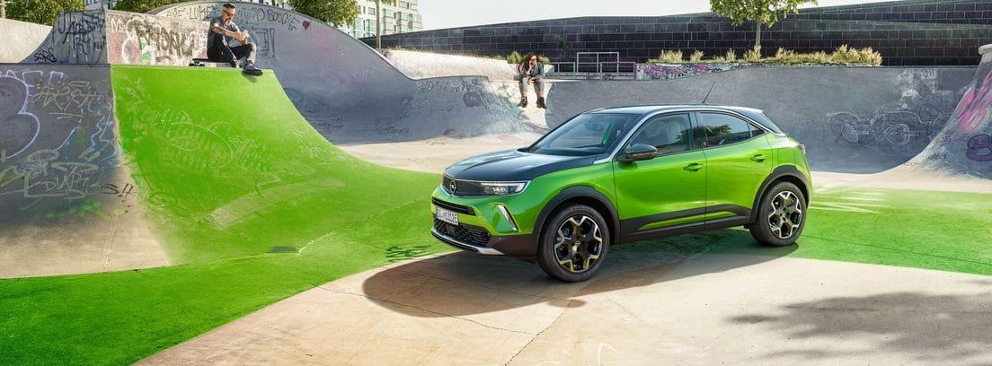 Opel Mokka-e verde parado dentro de un skatepark
