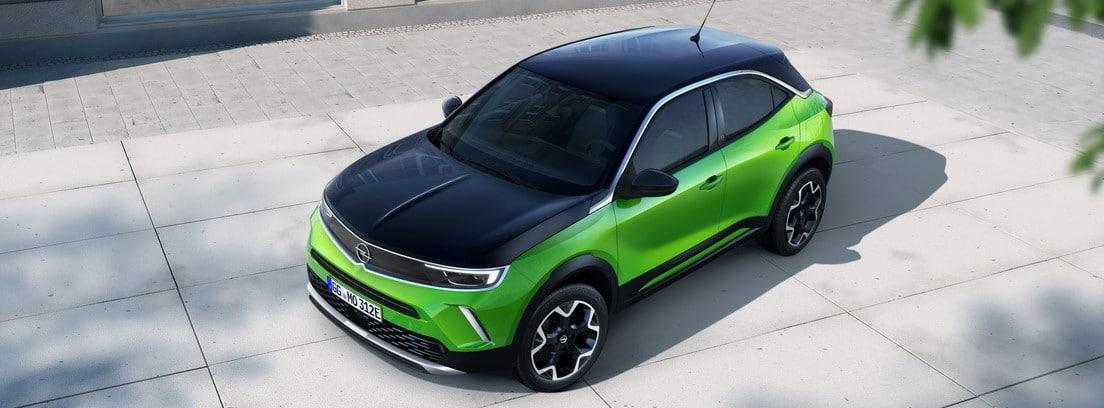 Vista elevada del Opel Mokka-e verde