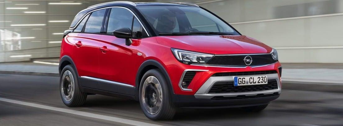 Nuevo Opel Crossland rojo circulando
