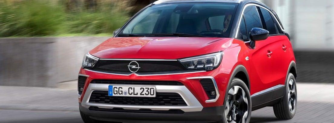Nuevo Opel Crossland rojo circulando por una ciudad