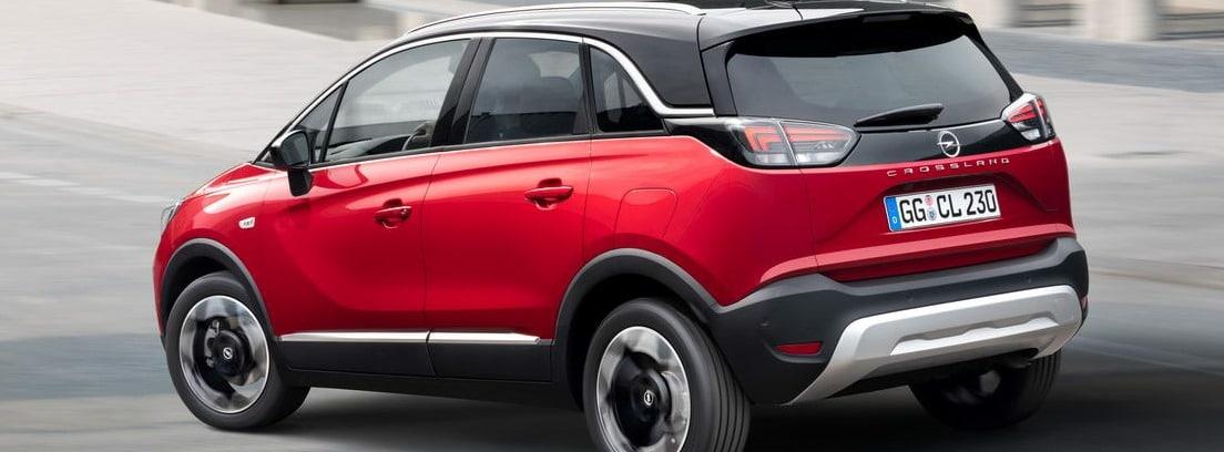 Vista lateral/trasera del nuevo Opel Crossland rojo