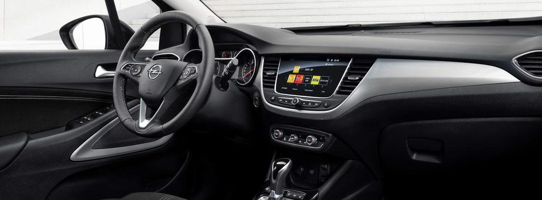 Vista del volante y la tapicería delantera del nuevo Opel Crossland desde el asiento del copiloto