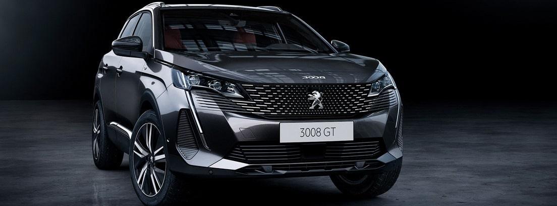 Vista frontal del Peugeot 3008 2020 en color gris oscuro sobre fondo oscuro