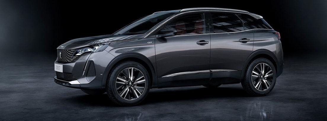 Peugeot 3008 2020 en color gris oscuro sobre fondo oscuro