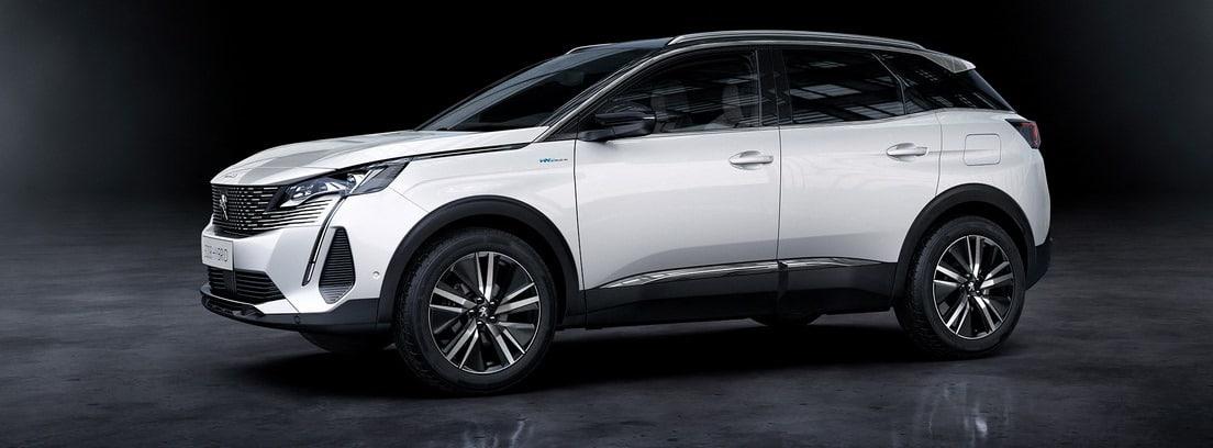 Vista lateral del Peugeot 3008 2020 en color blanco sobre fondo oscuro