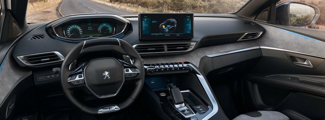 Vista del salpicadero y el volante del Peugeot 3008 2020 desde el asiento del conductor