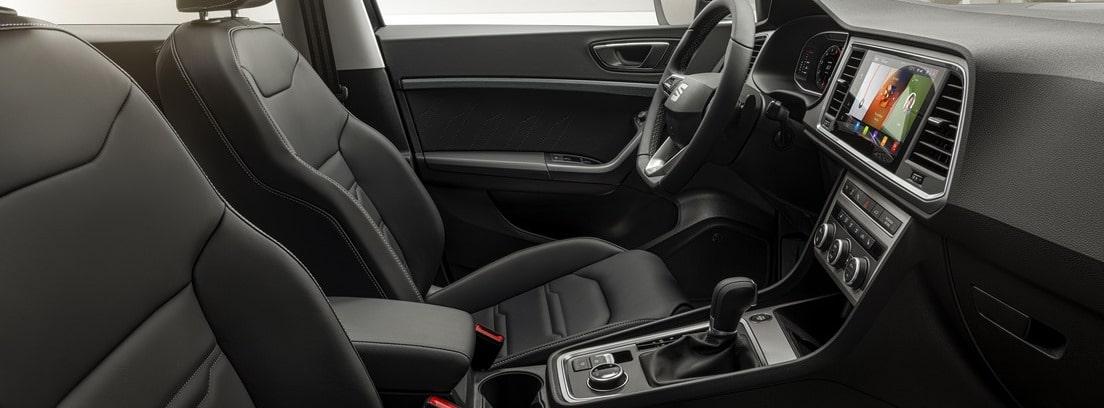 Vista interior del habitáculo delantero del Seat Ateca 2020 desde la puerta del copiloto