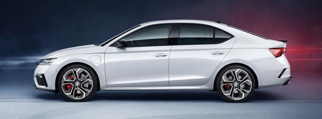 Vista lateral del nuevo Skoda Octavia RS iV en color blanco