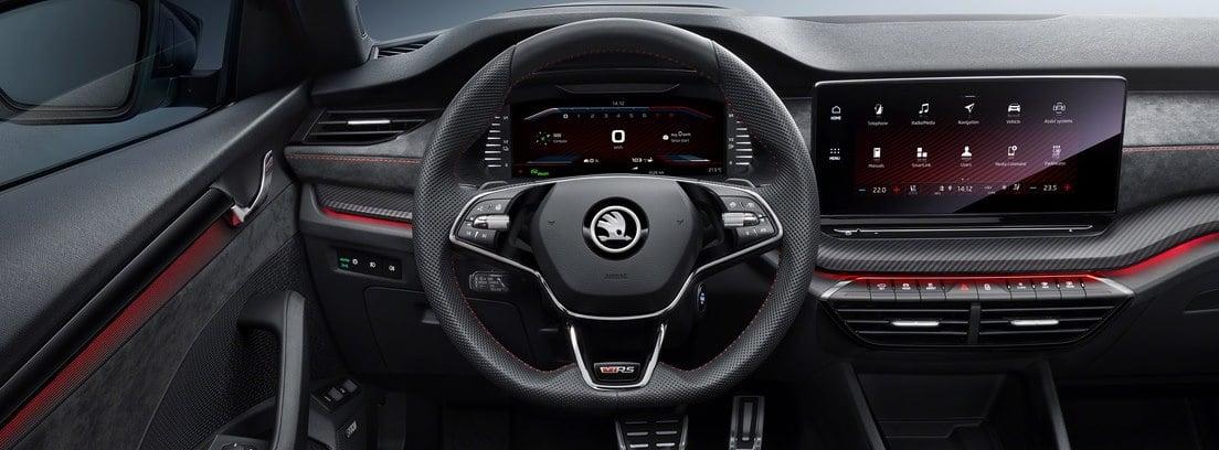Vista interior del volante y parte del salpicadero del Skoda Octavia RS iV desde el asiento del conductor