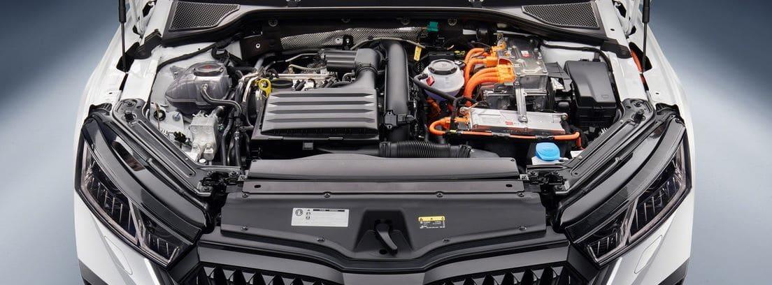 Capó delantero abierto del nuevo Skoda Octavia RS iV