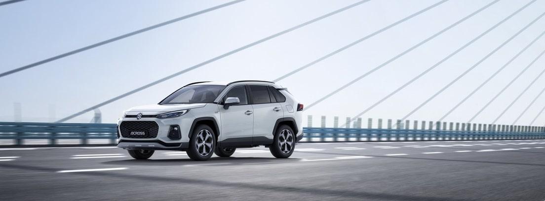 Suzuki Across 2021 blanco circulando