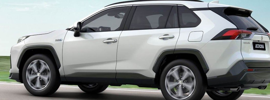 Vista lateral del Suzuki Across 2021 blanco circulando por carretera