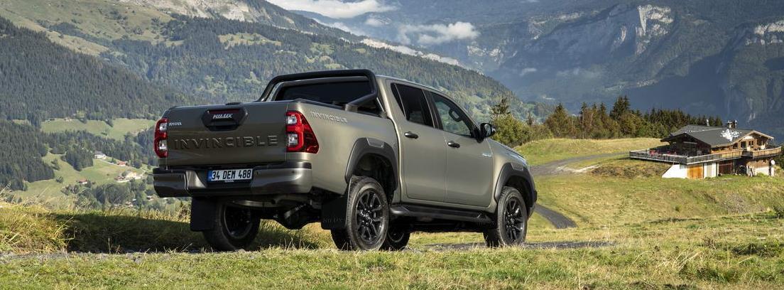 Nuevo Toyota Hilux 2021 parado entre prados verdes y montañas