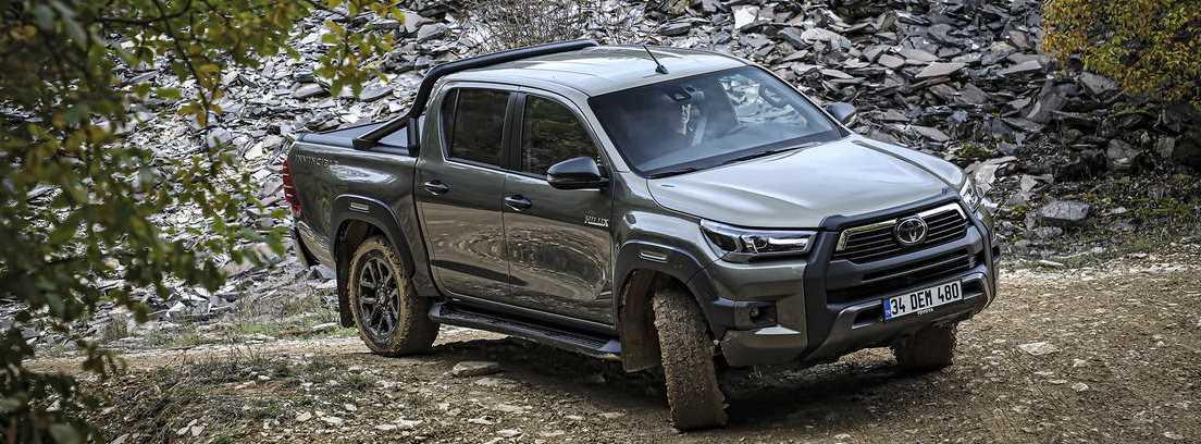 Nuevo Toyota Hilux 2021 en el campo