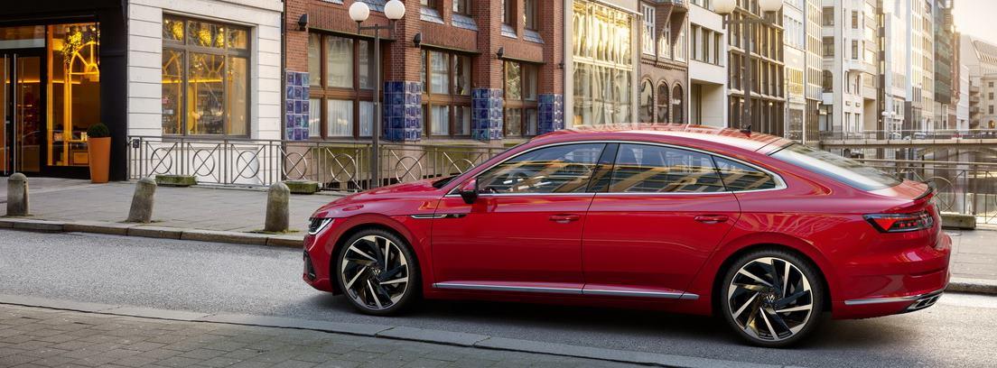 Volkswagen Arteon 2020 rojo circulando por una calle de una ciudad