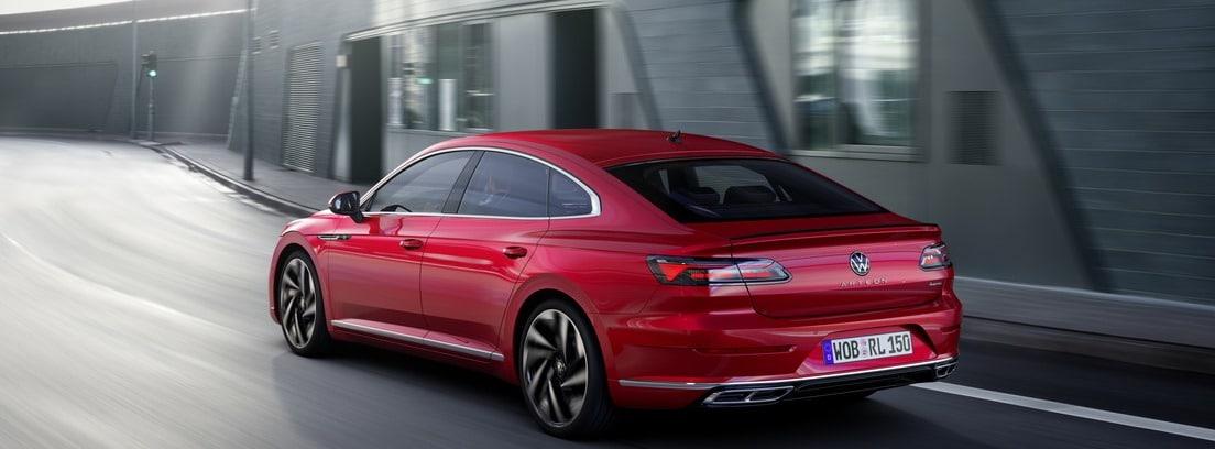 Volkswagen Arteon 2020 rojo circulando por un túnel
