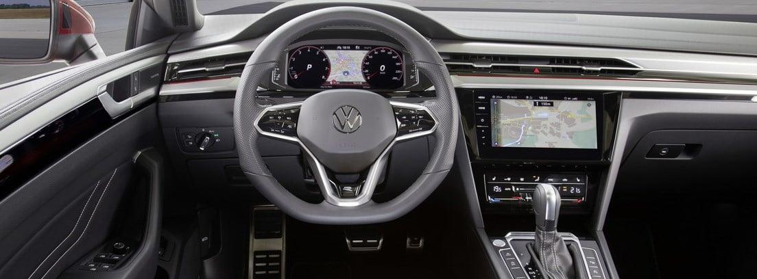 Visión del volante y parte del salpicadero del Volkswagen Arteon 2020 desde el asiento del conductor