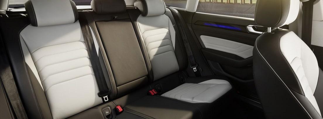 Habitáculo interior trasero del Volkswagen Arteon 2020