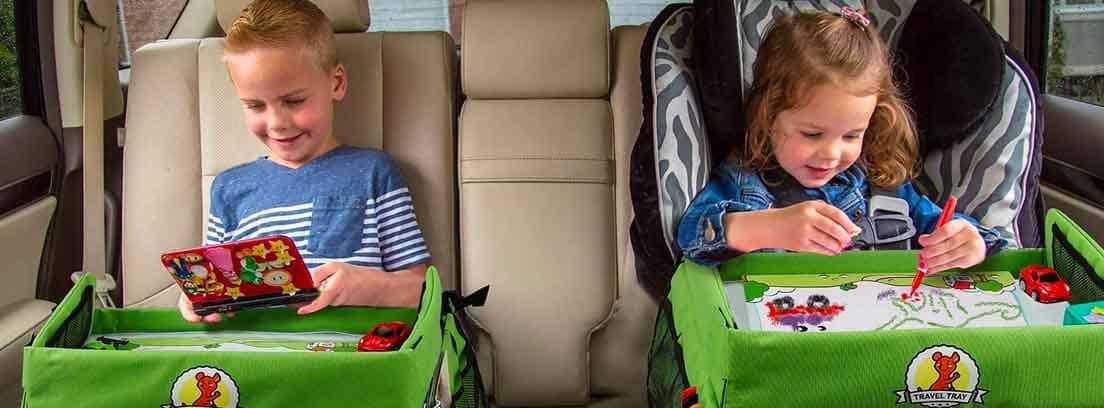 Niños sentados en el asiento trasero de un coche con la mesa de Lenbest