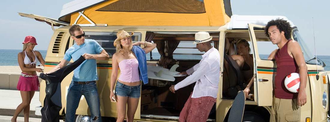Jóvenes junto a una furgoneta con techo elevable