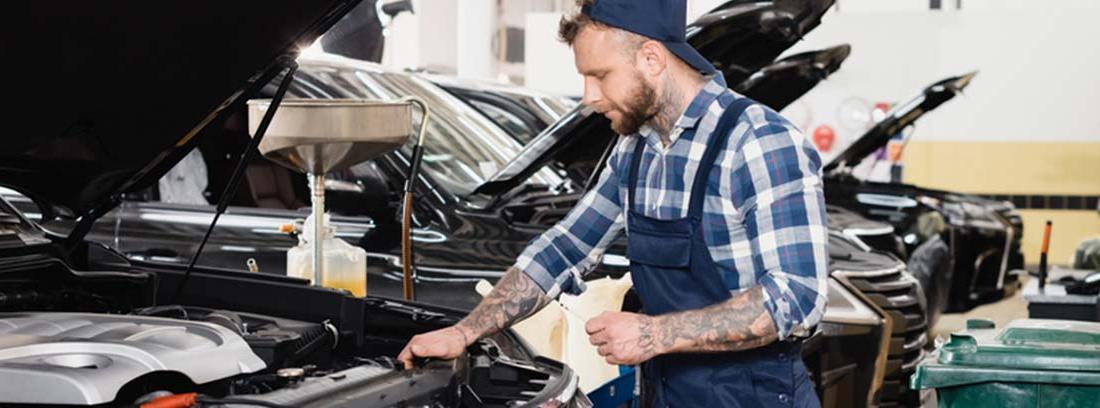 Mecánico trabajando en el motor de un coche
