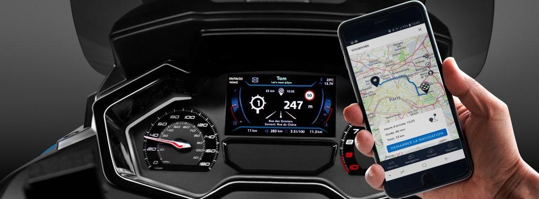Detalle del manillar de la nueva Peugeot Metropolis 400i junto a un smartphone