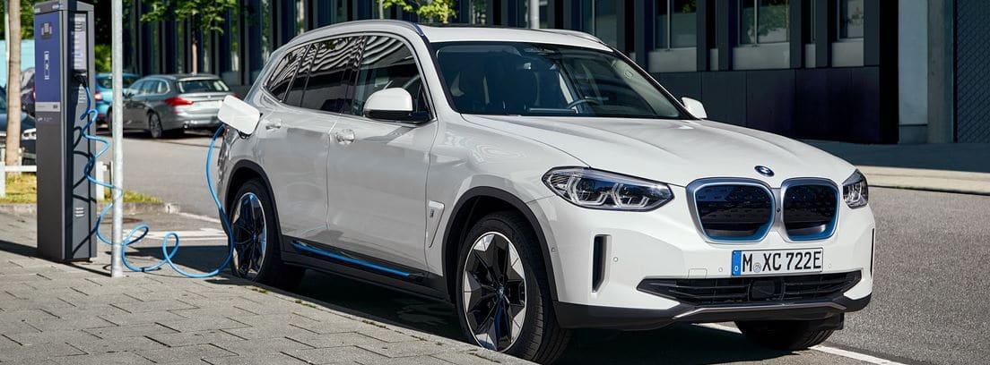 Nuevo BMW iX3 blanco durante una carga de batería