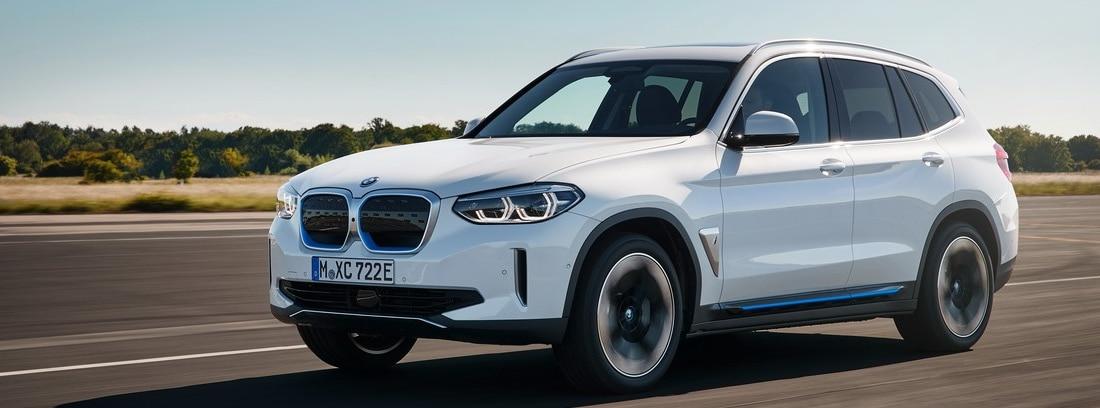 Nuevo BMW iX3 blanco circulando por una carretera