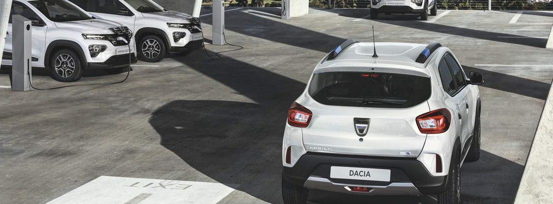 Aparcamiento de varios Dacia Spring Electric en blanco