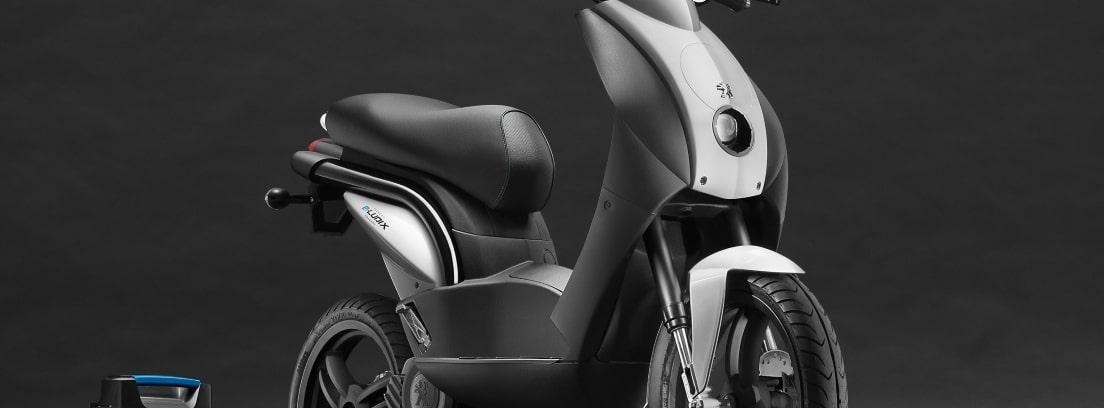 Detalle de la Peugeot e-Ludix sobre fondo gris oscuro