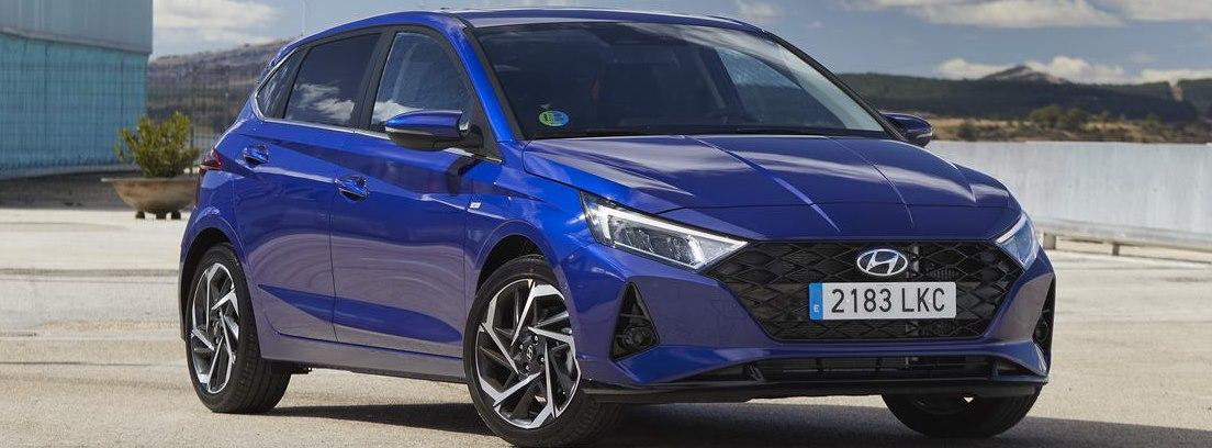 Hyundai i 20 azul parado
