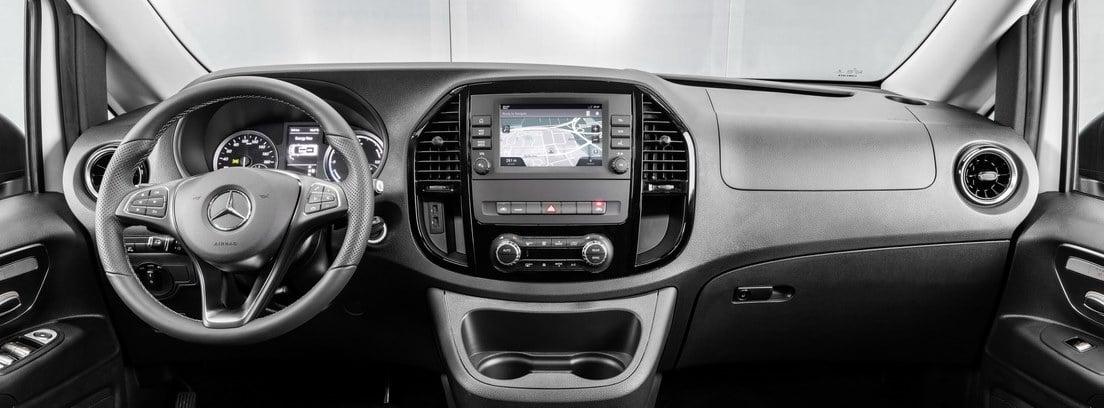 Detalle del salpicadero y el volante de la nueva furgoneta Mercedes e-VITO Tourer