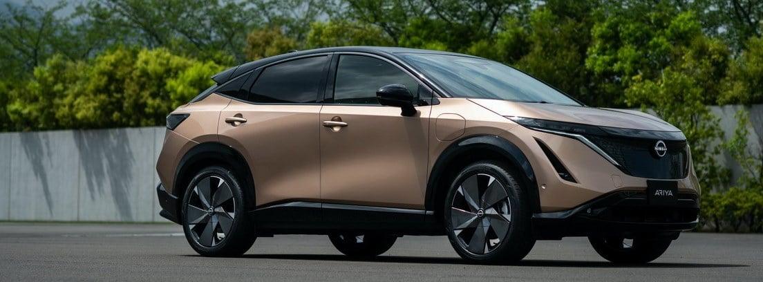 Nuevo Nissan Ariya aparcado frente a una zona verde