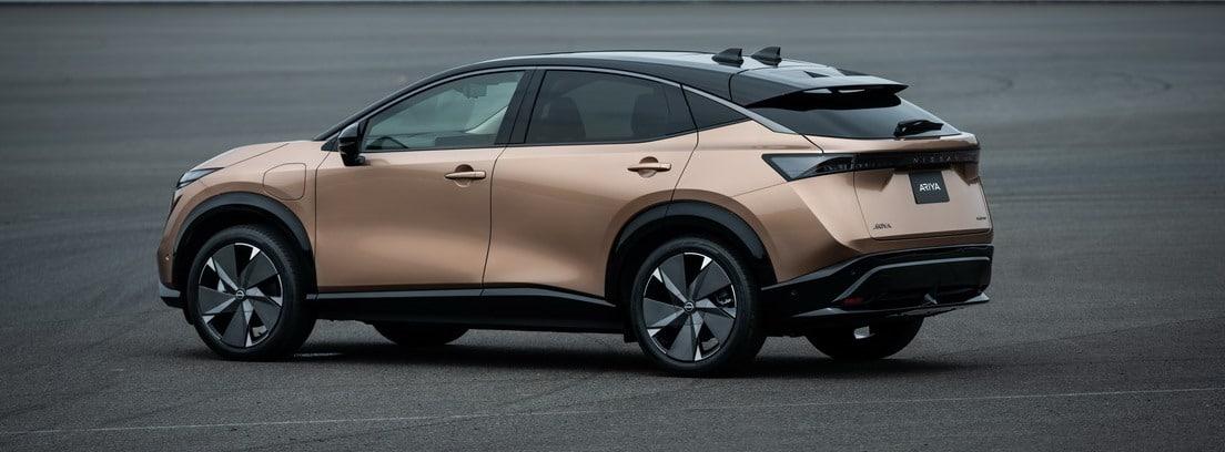 Nuevo Nissan Ariya parado sobre una explanada asfaltada