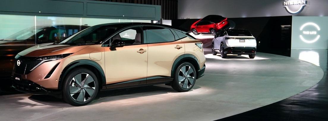 Exposición de diferentes coches con Nissan Ariya en primer plano