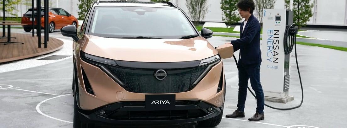 Nuevo Nissan Ariya siendo cargado en un punto de recarga de la marca
