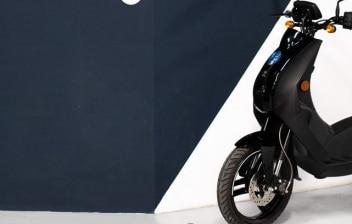 Moto Peugeot e-Ludix negra en una exposición